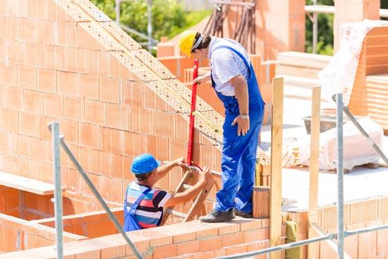 Die Bauleitung prüft auf einem Bau